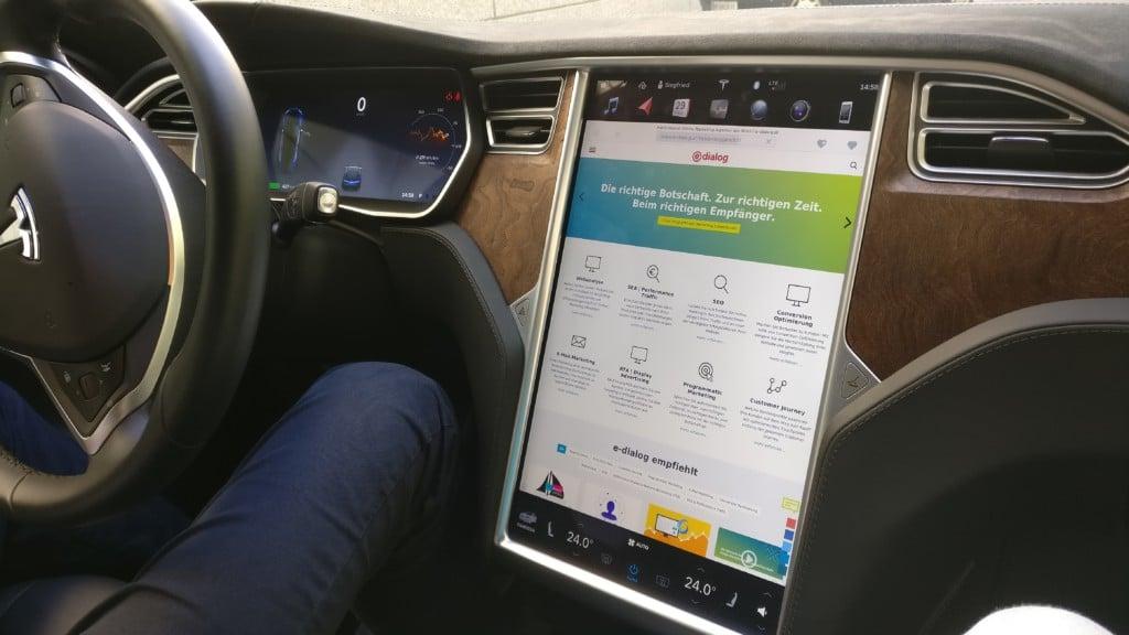 Die e-dialog Website in unserem Tesla